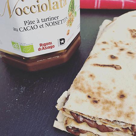 Piadine Parrain : jambon de Parme AOP, fromage Fior Di Latte, tomates confites, crème balsamique, roquette