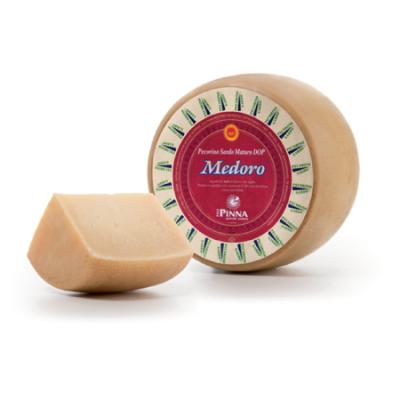Pecorino sardo maturo entier avec un morceau découpé, dop, fromage italien Poitiers, fromage italien, produits italiens Poitiers, apéro, épicerie fine italienne, boutique italienne en ligne, meilleurs produits italiens, 86, Poitiers